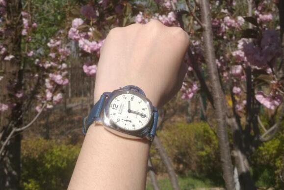 The blue leather strap makes the timepiece more dynamic.