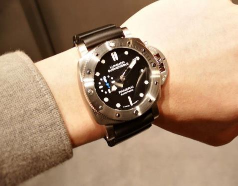 The timepiece is very suitable for strong men.