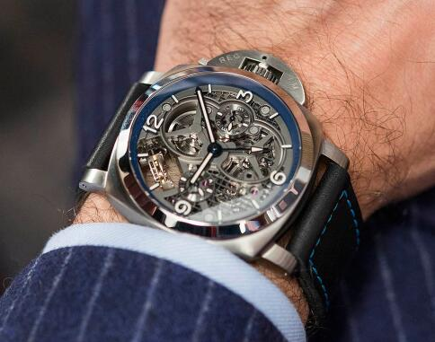 The skeleton dial endows the timepiece with a mechanical and futuristic style.