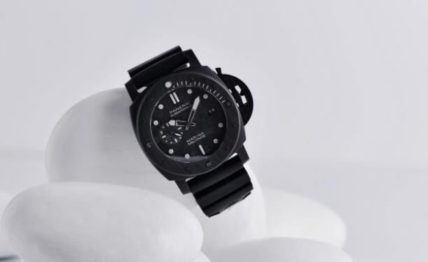 The all-black toned Panerai is suitable for strong men.