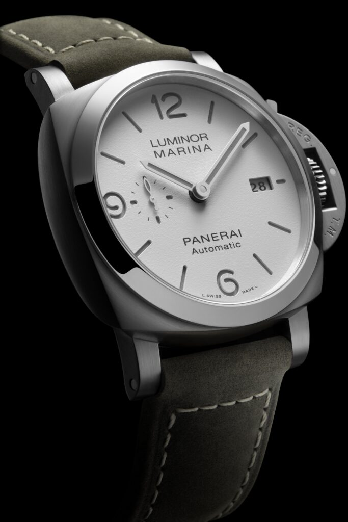 The white dial copy Panerai is suitable for formal occasions and casual occasions.