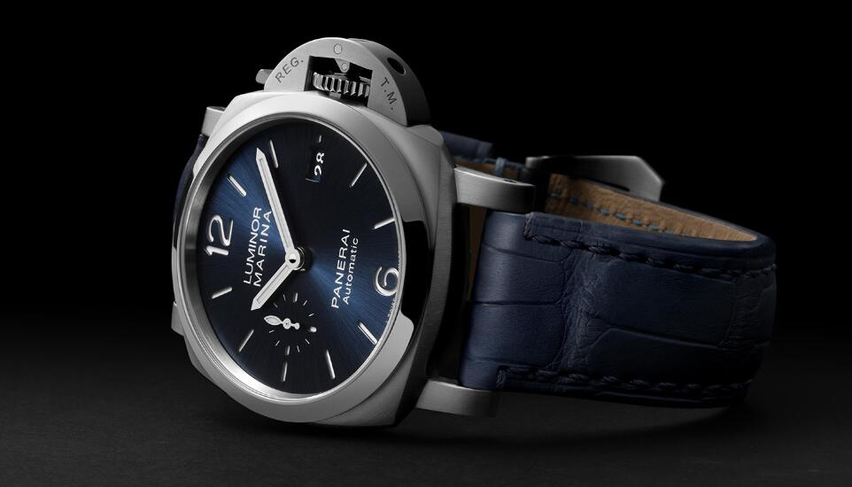 Hot-selling fake watches adopt blue color to decorate the dials and straps.